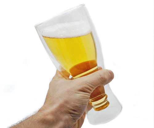 Bier verkehrt herum aus der Flasche trinken - Dimono