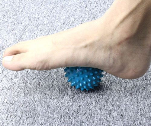 Massageball mit harten Noppen in der Farbe blau / Fußmassage & Schmerzen lindern